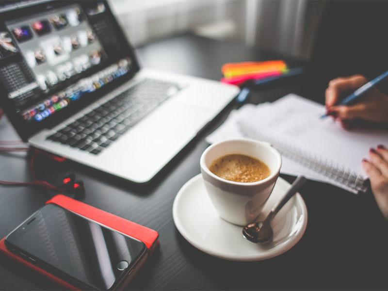 Praca przy biurku z kawą. Inmarketing
