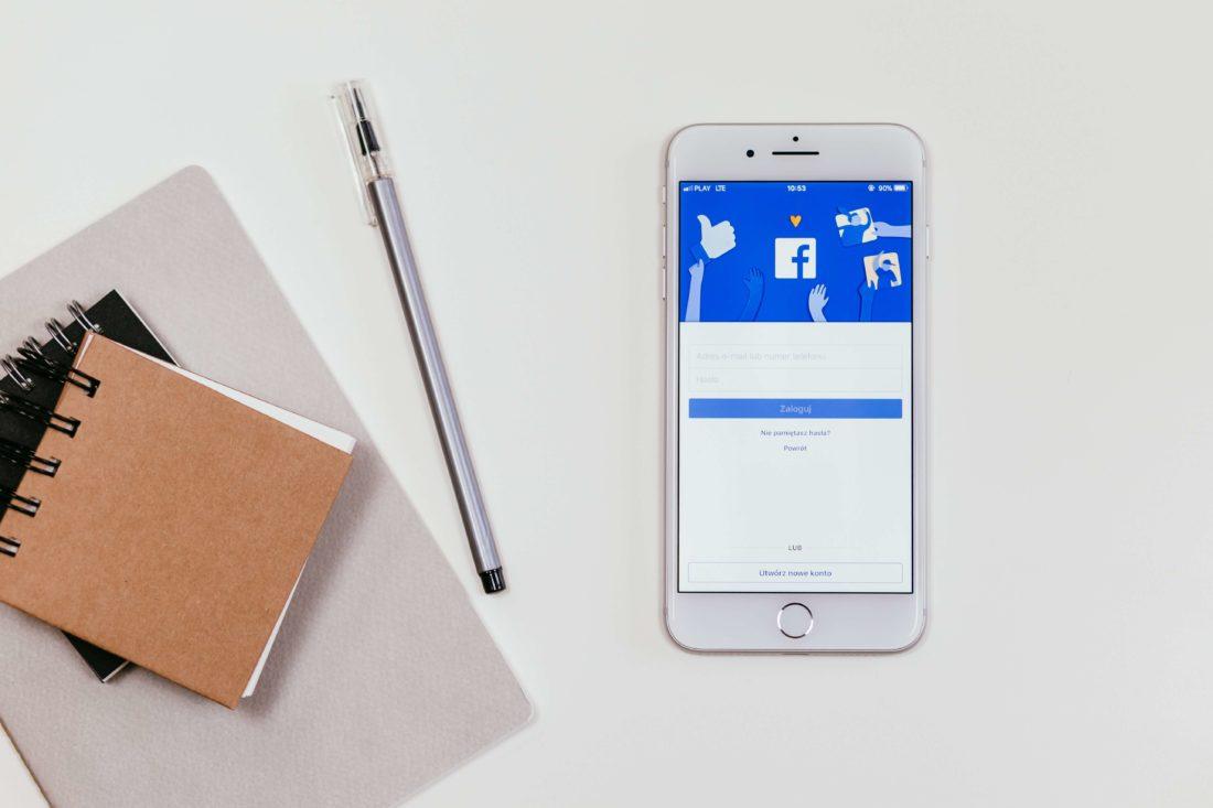 Telefon z wyświetlonym portalem społecznościowym. Inmarketing