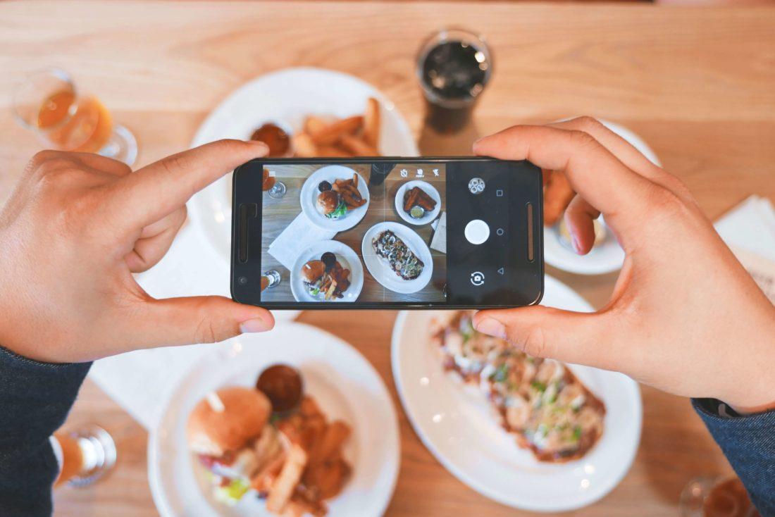 Zdjęcie jedzenia na social media influencera. Inmarketing