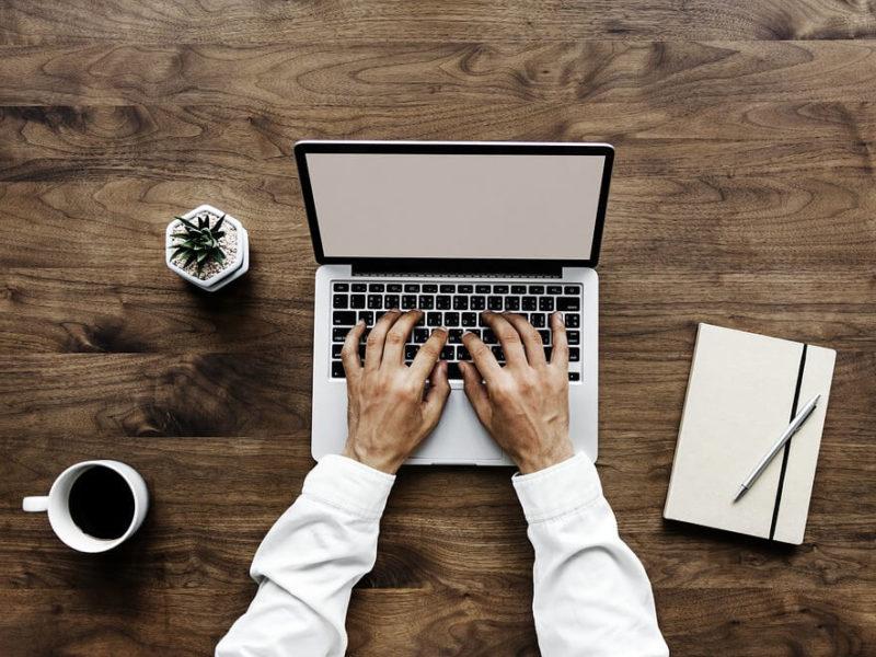 Pisanie bloga na laptopie. Inmarketing