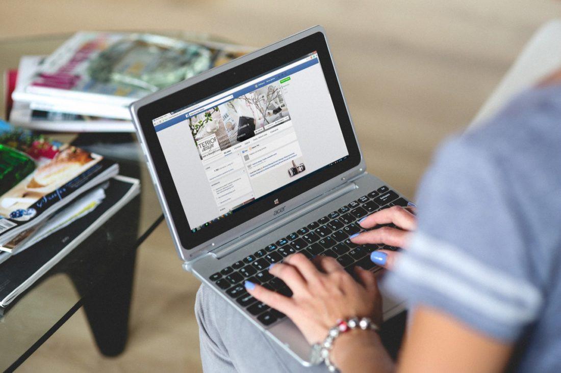 Korzystanie z Facebooka na laptopie. Inmarketing