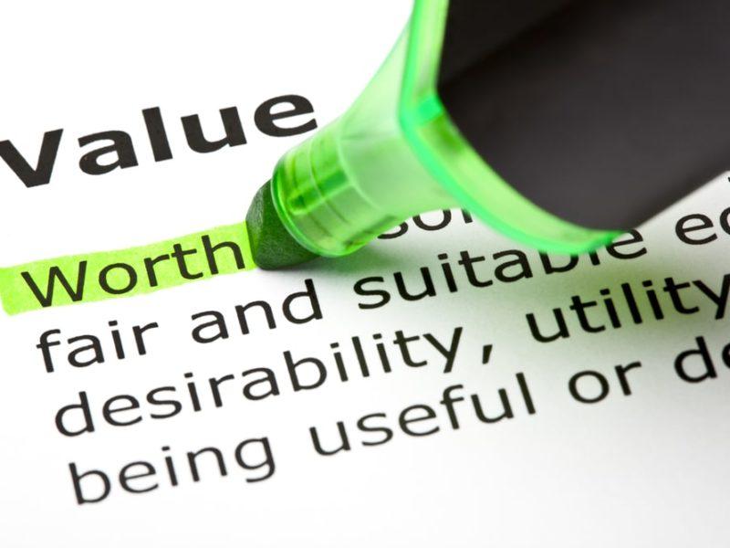 Kartka z napisem value i zielony zakreślacz. Inmarketing
