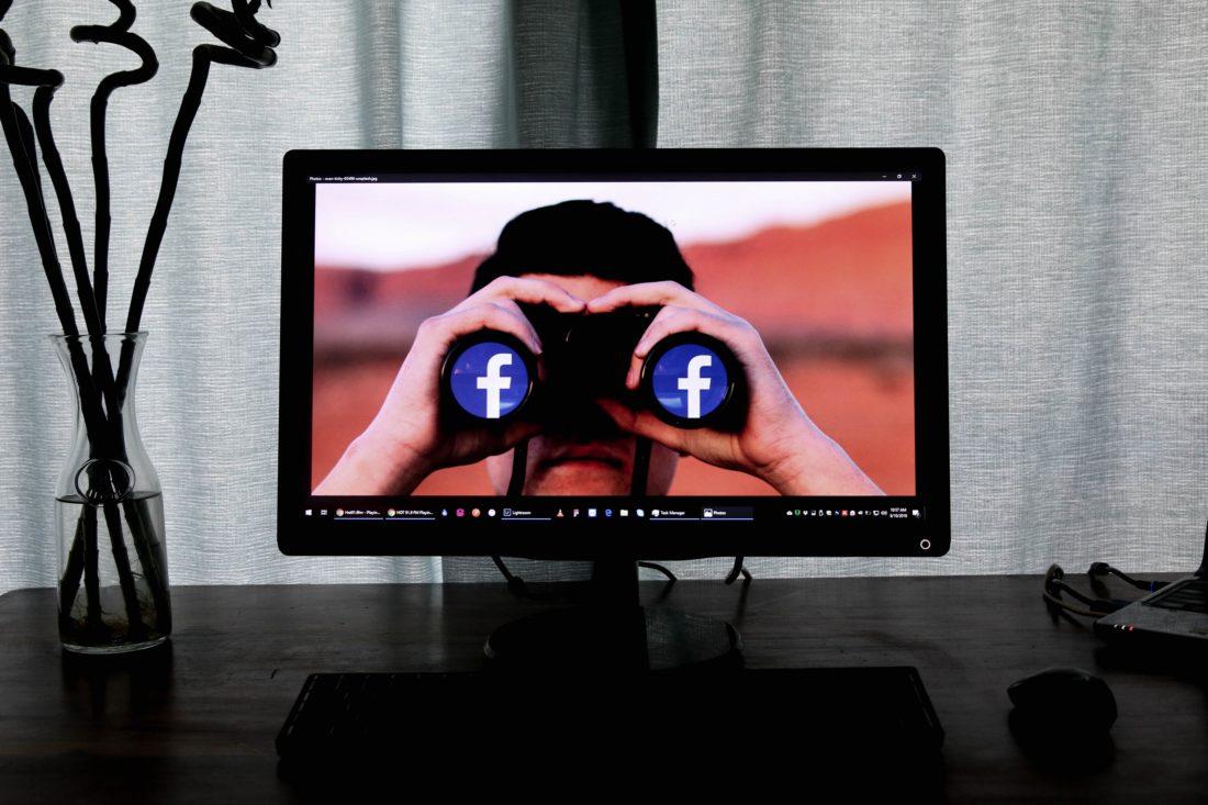 Ekran wyświetlający osobę z lornetką przy twarzy. Inmarketing