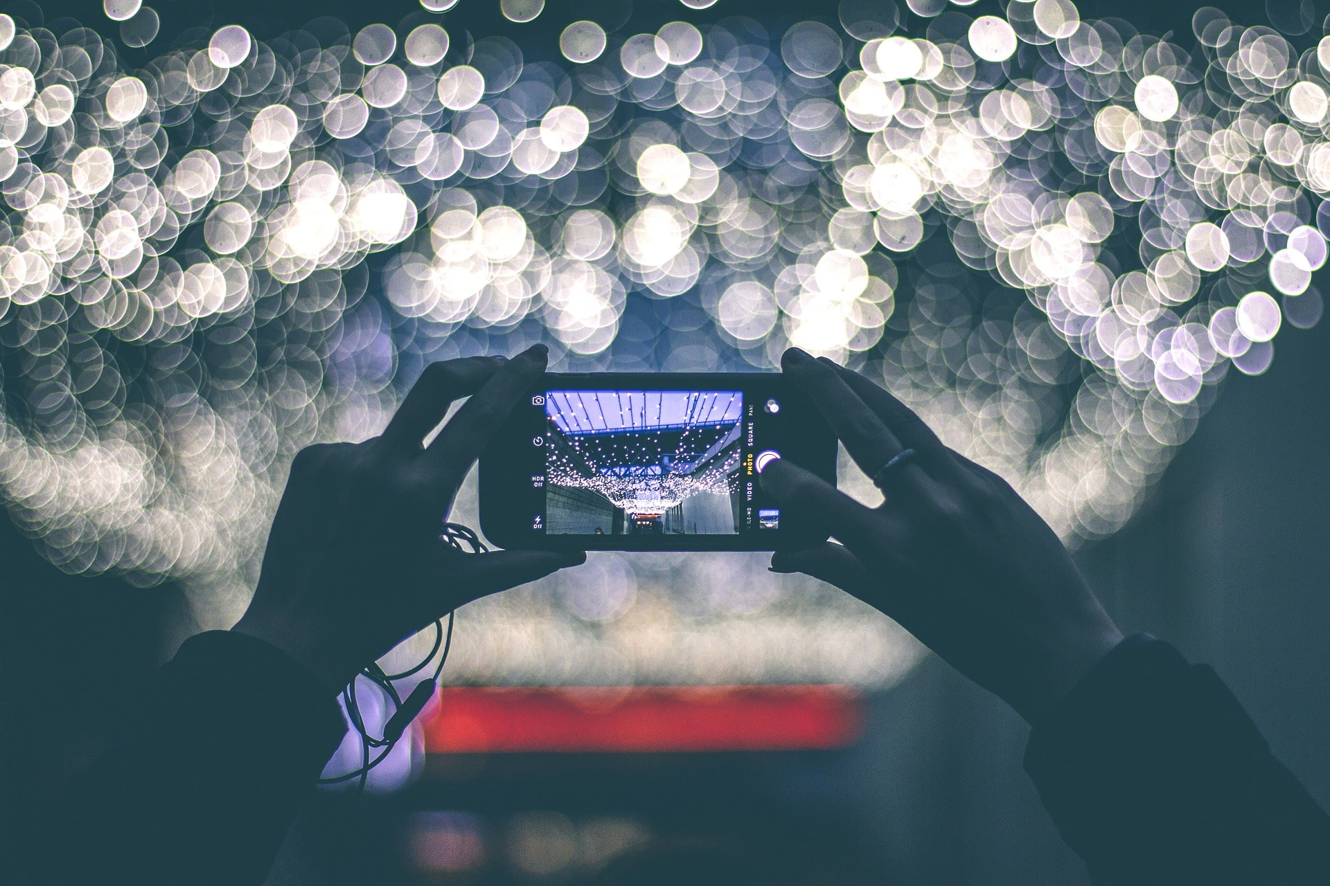 Osoba robi zdjęcie telefonem. Inmarketing